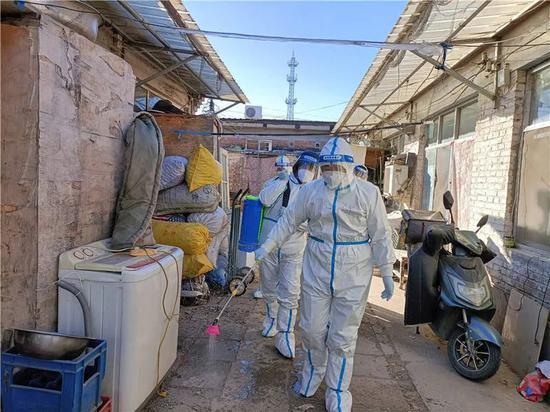 北京顺义疫情中风险地区,做事人员在进走防疫消杀。图源:央广网