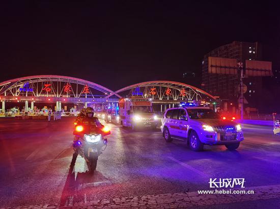 1月13日晚9点40分,河南省援冀医疗队抵达河北省石家庄。