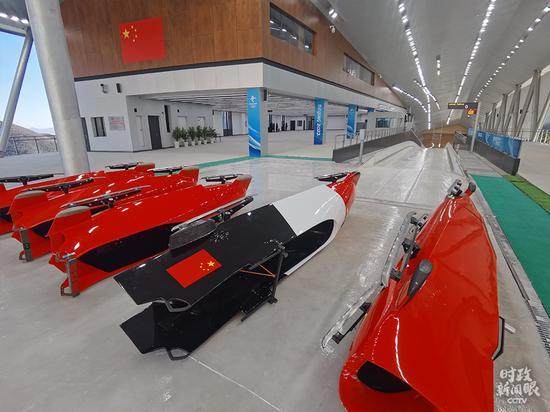 △陈列在国家雪车雪橇中心的雪橇(总台央视记者杨波拍摄)