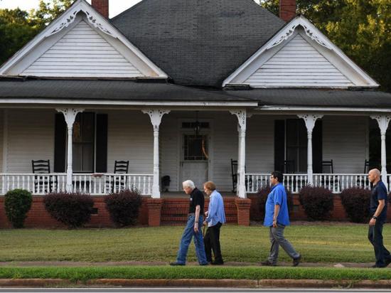 (图说:吉米·卡特和夫人罗莎琳·卡特在佐治亚州的家。图源:GETTY)