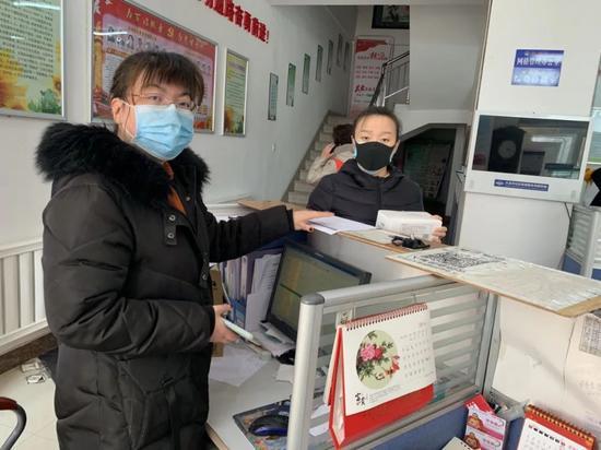 ▲王超在做疫情排查工作(左)