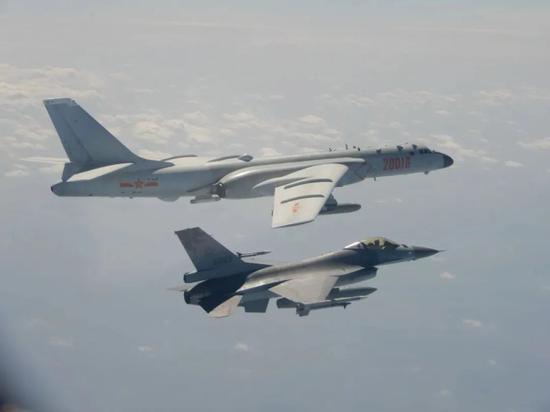 台F-16战机升空拦截大陆轰-6K轰炸机资料图(图源:台防务部门)