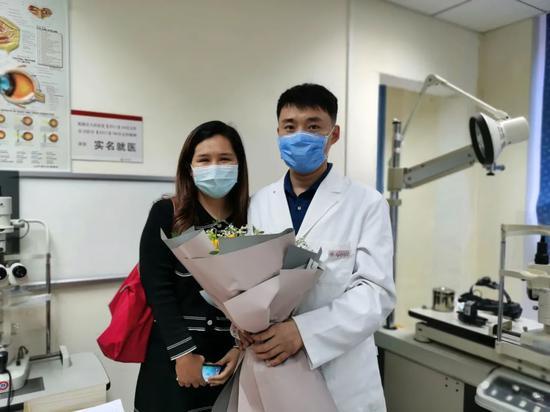 陶勇医生和患者。陶勇供图