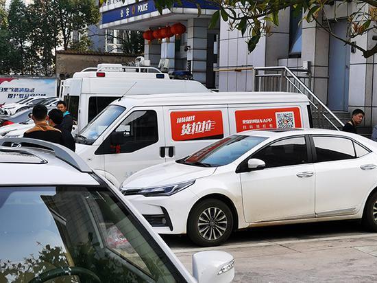 事发后,涉事的货拉拉面包车被扣押在麓谷派出所。澎湃新闻记者 朱远祥 图