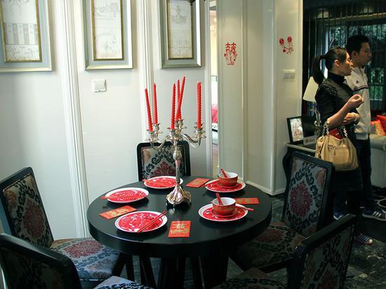"""2014年10月,南京江宁一楼盘""""婚房售楼处"""",为焦虑的家庭提供""""买房、装修、结婚""""一条龙服务。"""