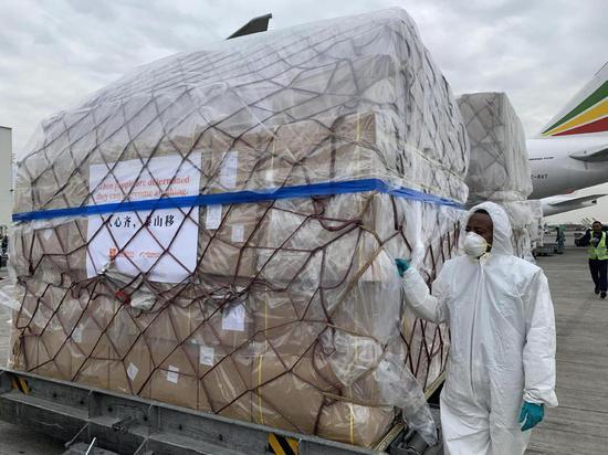 2020年3月22日,用于支援非洲54国抗击疫情的中国援助物资运抵埃塞俄比亚首都亚的斯亚贝巴。 新华社记者 王守宝 摄