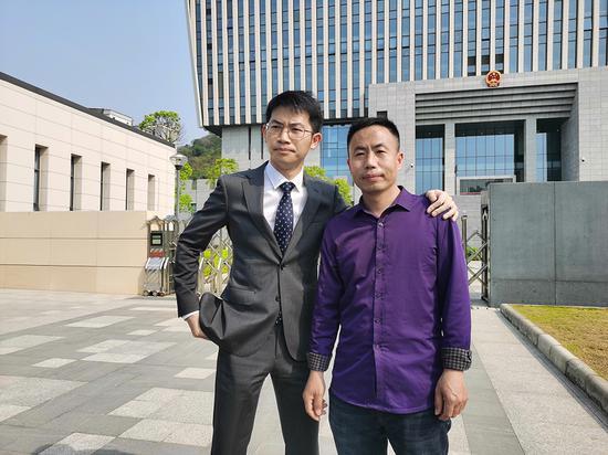 3月26日,庭审结束后,申军良与代理律师刘长在法院门口。 澎湃新闻记者 朱远祥 摄