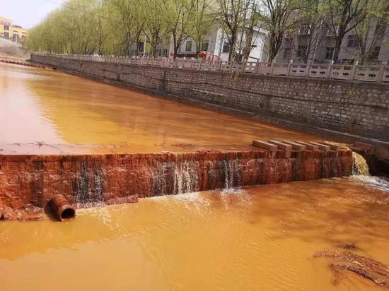 (图说:淄博市一段从岳阳河流入孝妇河的2公里水域呈深黄色。图源网络)