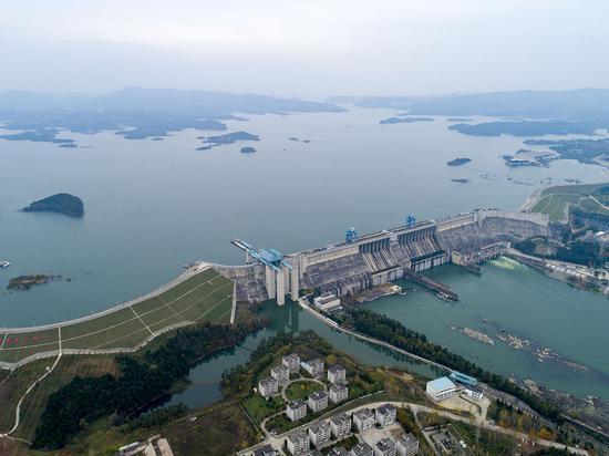 ↑位于湖北十堰丹江口市的丹江口水库大坝(2019年11月26日摄,无人机照片)。