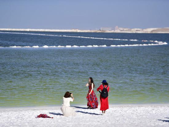"""地处柴达木盆地腹地的察尔汗盐湖,是中国最大的钾肥生产基地和盐湖循环经济产业基地。伴随着""""综合开发""""的不断深入,察尔汗盐湖的旅游价值日益显现。"""