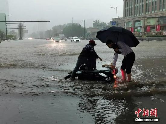 7月20日,郑州持续强降雨导致部分街道积水严重。中新社记者 韩章云 摄