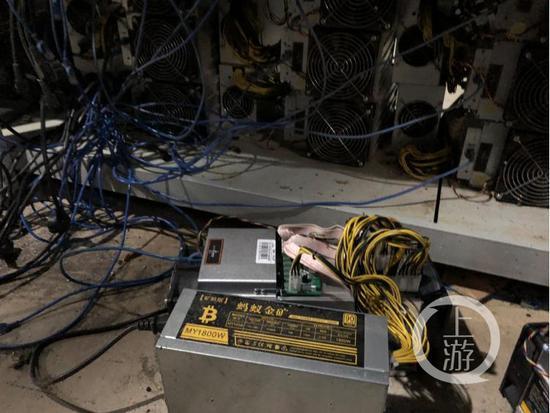 """10月31日,位于川西高原深山比特币""""矿场""""里的矿机,单个矿机的功率为1800w,24小时耗电43度。摄影/上游新闻见习记者 胡磊"""
