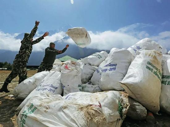 5月27日,尼泊尔整洁队从珠峰清算出了10吨垃圾。图/IC
