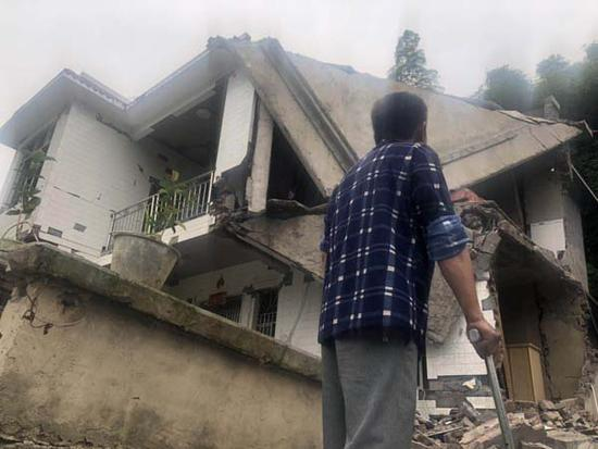 兒子地震遇難骨灰被接回家 鄉鄰徒手拋出被掩埋兄妹