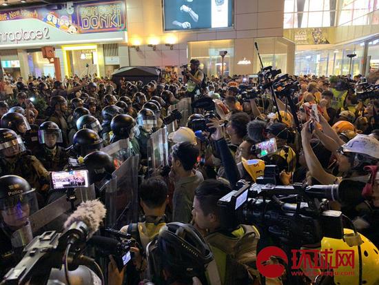 香港警队在尖沙咀执法时遭部分媒体记者阻挠。