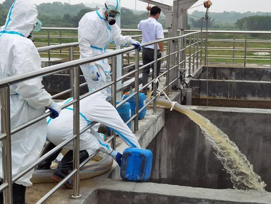 这个博士团队连夜测试,研制污水解决方案。