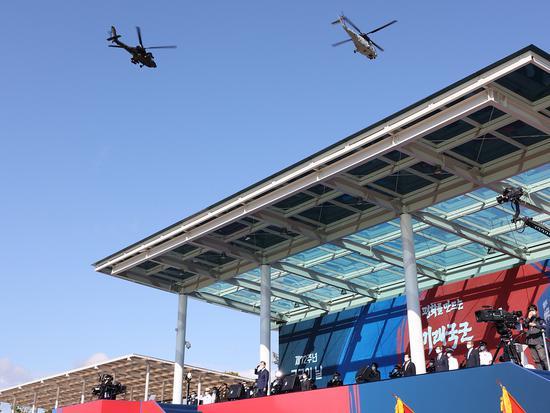 2020年韩国建军节,阿帕奇直升机飞过主席台