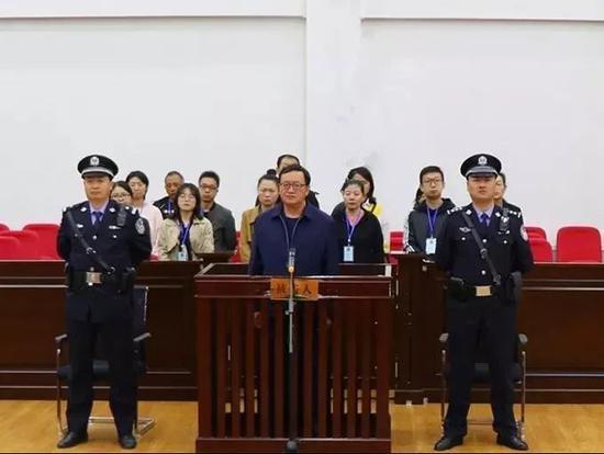 疑犯潜逃25年被抓问警察:中秋你们也不休息?