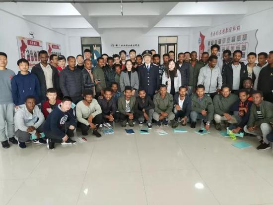 非洲学员与中国教师、同学合影 郑州铁路职业技术学院供图