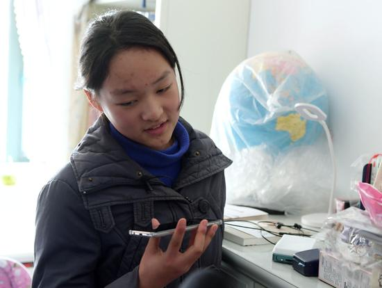 14岁的初中生孙婉清在家中使用手机和父亲通话(1月29日摄)。新华社记者 李贺 摄