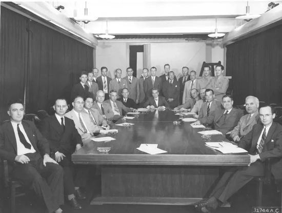 """△1935年9月,钱学森进入美国麻省理工学院航空系学习,一年后顺当取得航空工程硕士学位。学习过程中,钱学森做出了人生的第三次选择——转向从事航空理论方面的钻研。在冯·卡门的请示下,年仅27岁的钱学森挑出了""""卡门—钱近似""""公式,解决了那时航空界的一大难题,很快成为那时世界航空理论方面的顶尖科学家。图中,后排站立左二为钱学森。"""