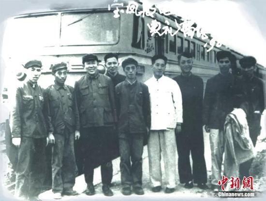 中国第一条电气化铁路宝成线宝凤段通车典礼留念。宝鸡机车检修厂供图