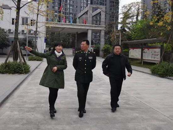 △时任西藏军区副政委张希元(中) (图自澎湃新闻)