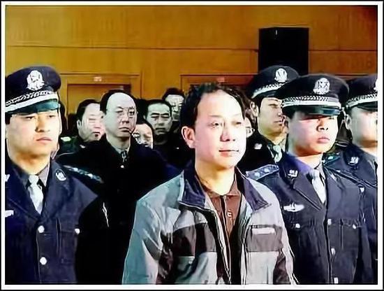 (图为陈平'前排中'在法庭上受审。图源:《华商报》胡国庆)