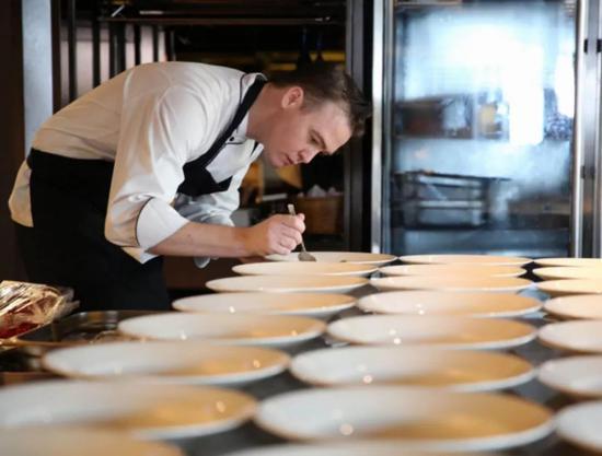 河内金特会主厨斯马特在制作餐食
