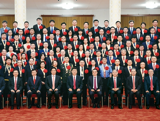 """2021年6月29日,庆祝中国共产党成立100周年""""七一勋章""""颁授仪式在北京人民大会堂金色大厅隆重举行。习近平等领导同志在颁授仪式前会见全国""""两优一先""""表彰对象。 新华社记者 申宏/摄"""