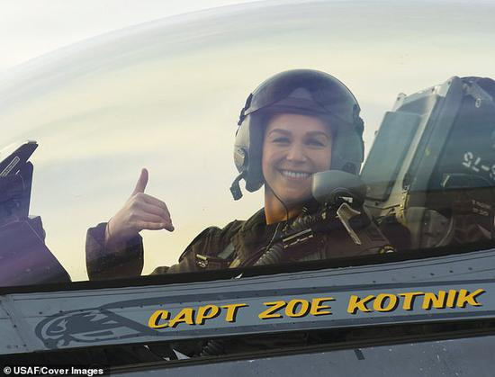 """美军F-16""""毒蛇""""飞行表演队首位女指挥官佐伊·科特尼克。(每日邮报)"""