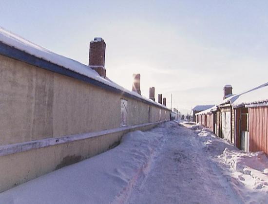 △化雪成冰,郭永财家门外的道路湿滑泥泞。