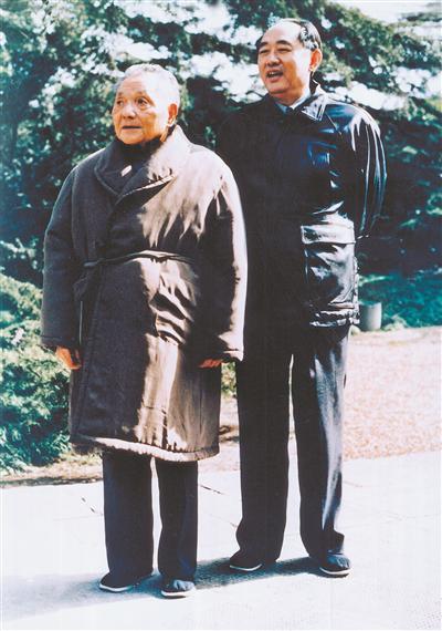 1988年1月21日,邓幼平同志与王瑞林同志在上海西郊宾馆。 侯根水 摄