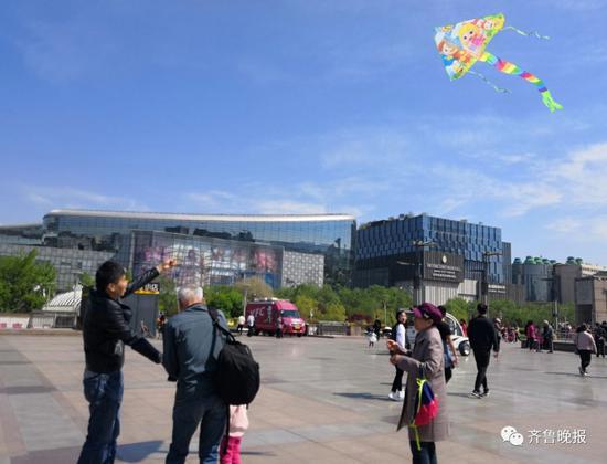泉城广场上有不少风筝爱好者放风筝。首席记者程凌润摄