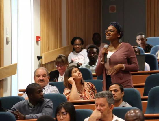 8月22日,在纳米比亚首都温得和克,纳米比亚科技大学学生向中国航天员刘洋与陈冬提问。新华社发(卡萨克摄)