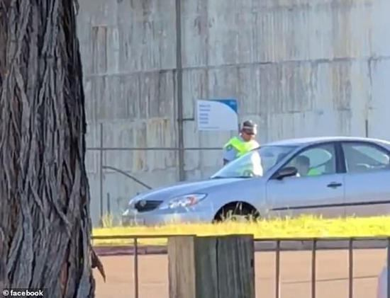 该警察站在轿车一旁(图片:《每日邮报》)