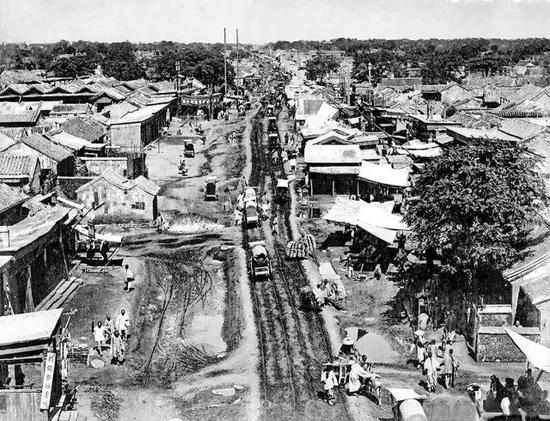 1880年代的崇文门大街,即使在晴天街上的车辙也非常触目惊心。