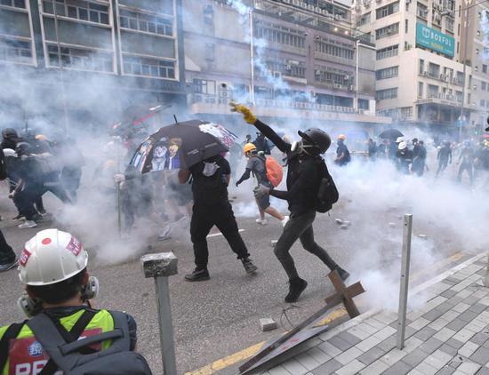 激进示威者暴力违法活动升级