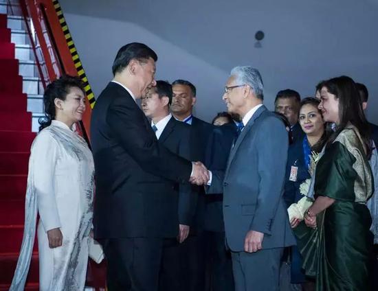 △习近平抵达毛里求斯,毛里求斯总理贾格纳特和夫人科比塔热情迎接