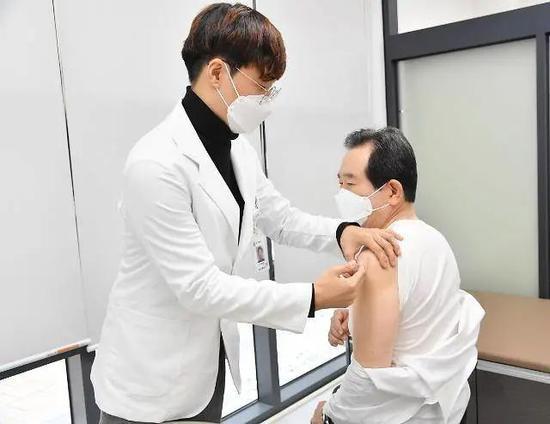 韩国总理丁世均接栽流感疫苗。韩联社图