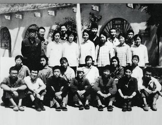 1975年,時任梁家河大隊黨支部書記習近平(后排右三)和北京及本地知青。