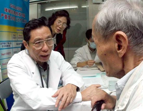 钟南山于2003年11月义诊