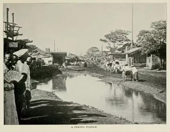 1901年崇文门大街上的大水坑,这才叫下雨来北京看海。