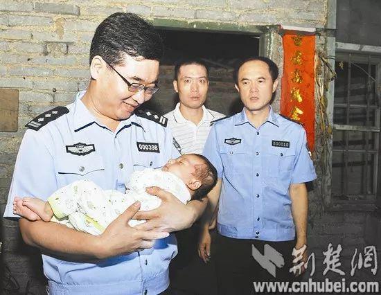 陈士渠抱着被解救出来的婴儿