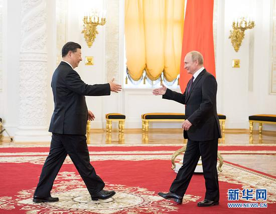 6月5日,国家主席习近平在莫斯科克里姆林宫同俄罗斯总统普京会谈。这是两国元首在会谈前握手。 新华社记者 李学仁 摄