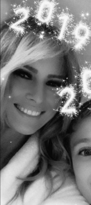 """梅拉尼娅在外交媒体上发布自拍照,并配文""""2019新年喜悦""""。(推特截图)"""