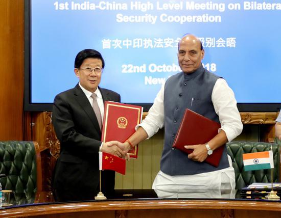 10月22日,中国与印度首次执法安全高级别会晤在新德里举行。国务委员、公安部部长赵克志与印度内政部部长辛格共同签署了《中华人民共和国公安部与印度共和国内政部合作协议》。