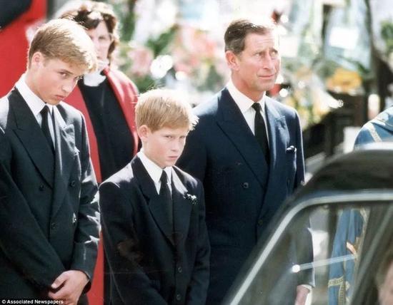 ·母亲葬礼上的哈里(中)
