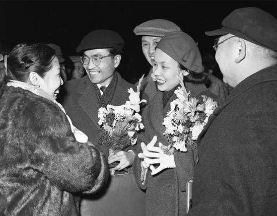 团长清水正夫(前左二)和夫人松山树子(前左三)率领的日本松山芭蕾舞蹈团于1958年3月8日到达北京,受到首都戏剧舞蹈界人士的热烈欢迎。新华社记者吴化学摄