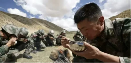 祁发宝与战士们一起吃饭